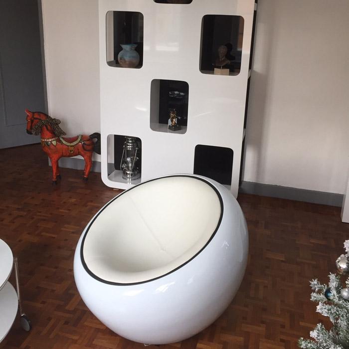 Bolvormige loungezetel atmo uit zwart imitatieleder met witte zitschaal - Zwart design lounge en witte ...
